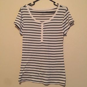 ⭐️Old Navy black and white striped tee⭐️